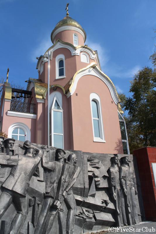 アンドレイ教会と第二次世界大戦戦没者モニュメント