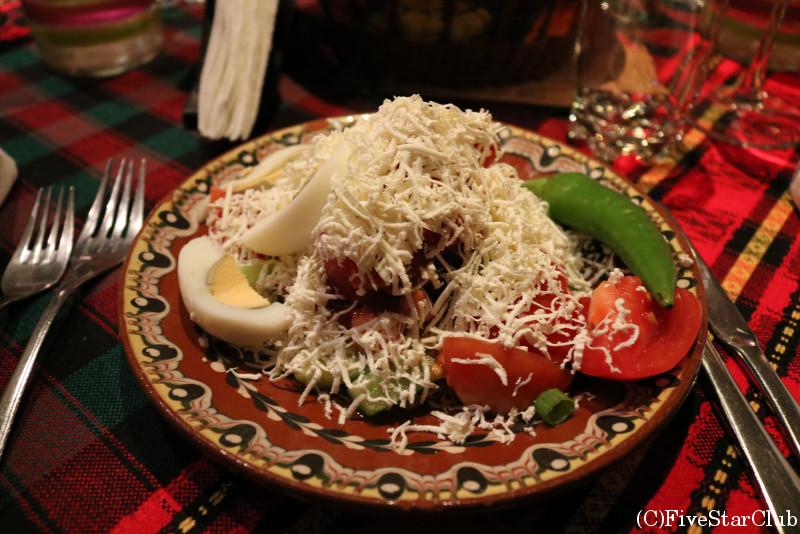 ボヤナ教会付近のレストラン「ボヤンスコ・ハンチェ」/味の濃いチーズがかかった定番サラダ「ショプスカ・サラタ」