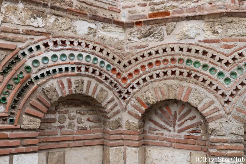 世界遺産・ネセバルの旧市街/教会の外壁はカラフルな陶器が埋め込まれている