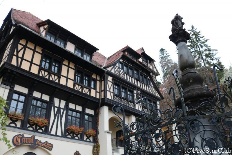 ペレシュ城/入口の木組みの建物