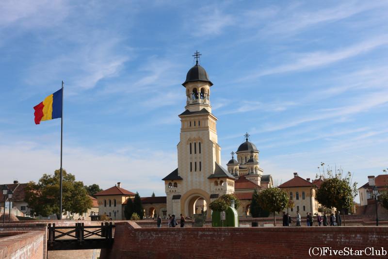 星形要塞教会の美しい街アルバ・ユリア/統一教会の塔と国旗