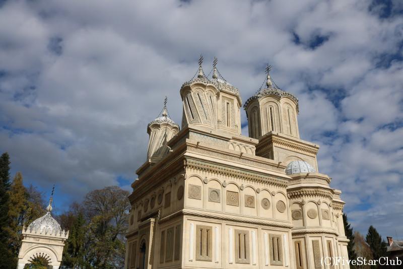 中世に栄えた古都/塔のデザインが特徴的なクルテア・デ・アルジェシュ修道院