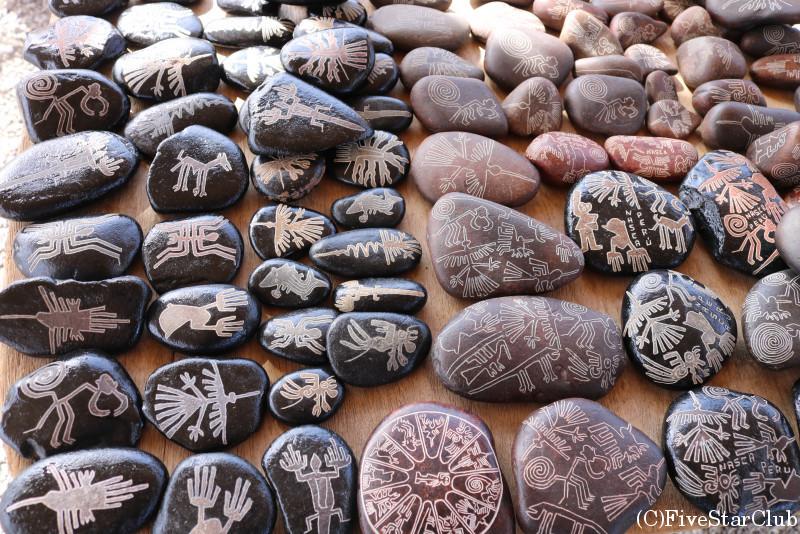 石に地上絵が描かれたお土産