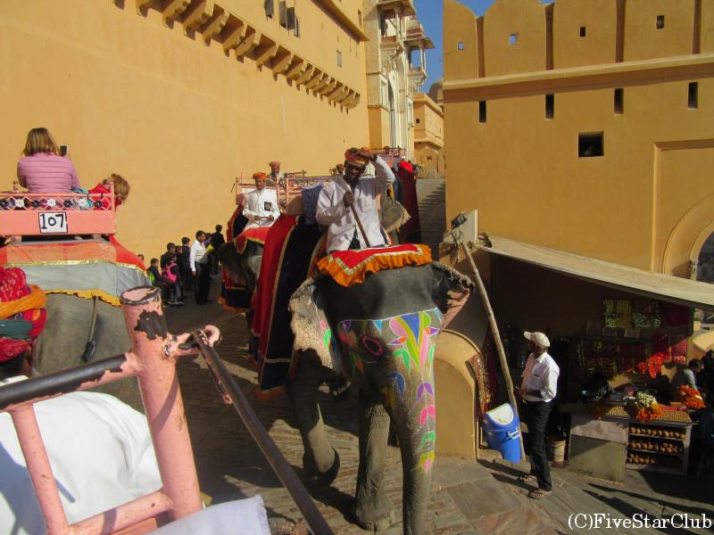 アンベール城 象に乗って城内へ