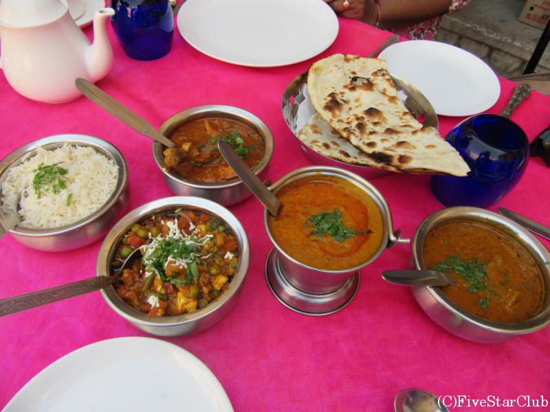 レストラン「Surabhi Restaurant」にてインド料理