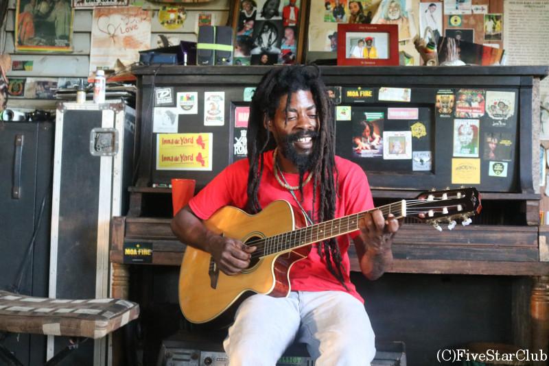 ジャマイカを代表するギタリストチナ・スミスさんの自宅