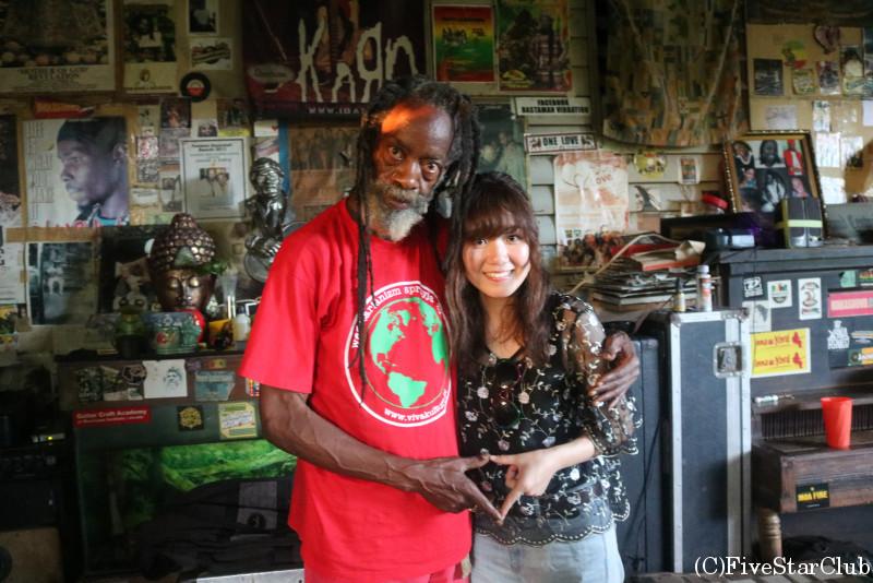 ジャマイカを代表するギタリストチナ・スミスさんと記念撮影