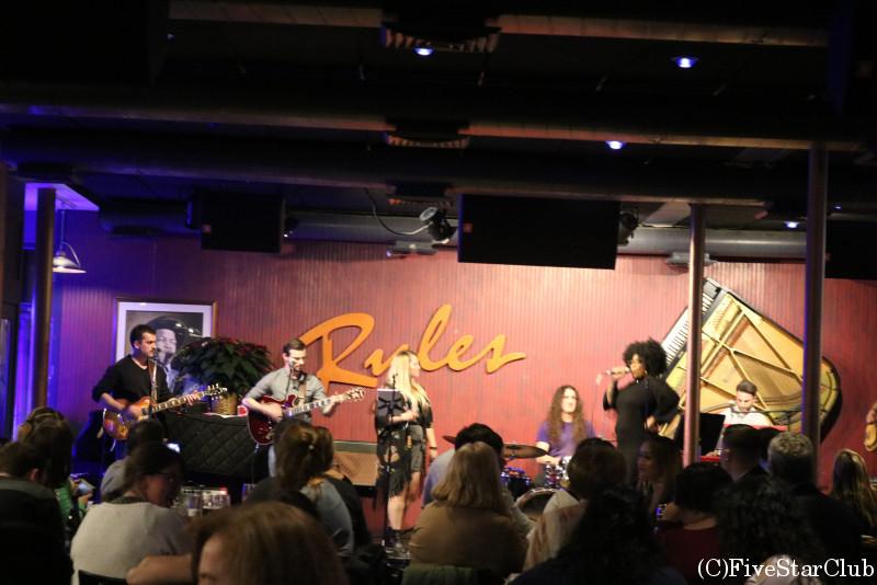 ロックの生演奏を楽しめるバー「Ryle's」