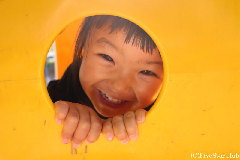 タウポ湖の街の公園で遊ぶ