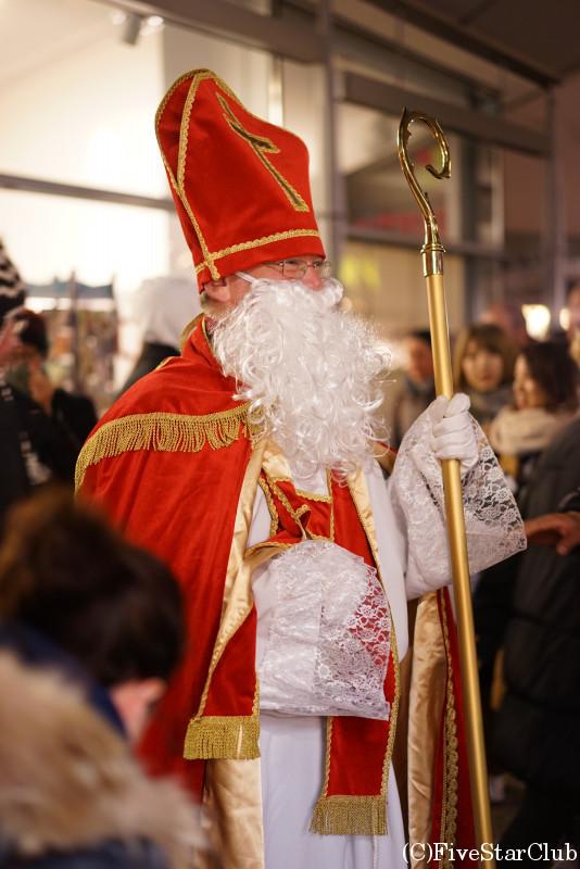12月6日はセント・ニコラウスの日のためクリスマスマーケットにサンタクロースがやってきた