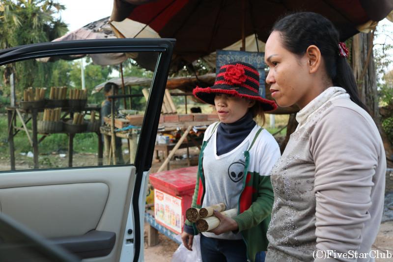竹ご飯クロランを売る村人