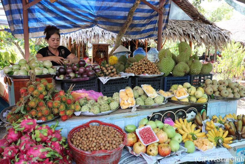 果物を売るおばさん