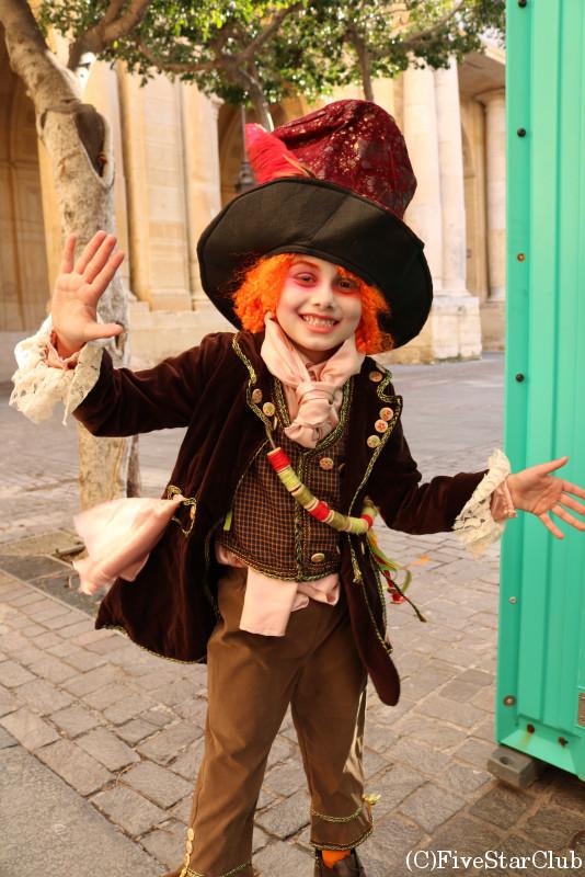 パレードの仮装をした男の子