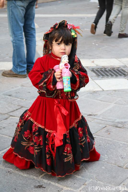 パレードの仮装をした女の子