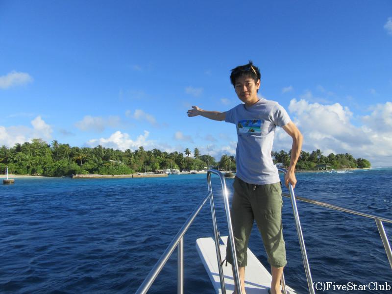 スピードボートからティナドゥ島を眺める