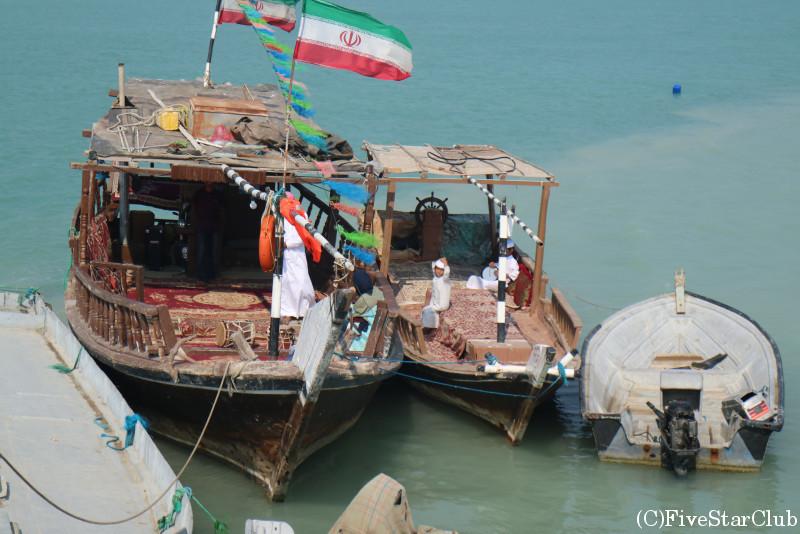 伝統的木造船タルタリボート上でランチ