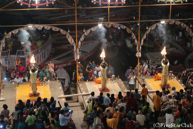 ガンジス河前での祈りの儀式(プージャー)は毎日行われる