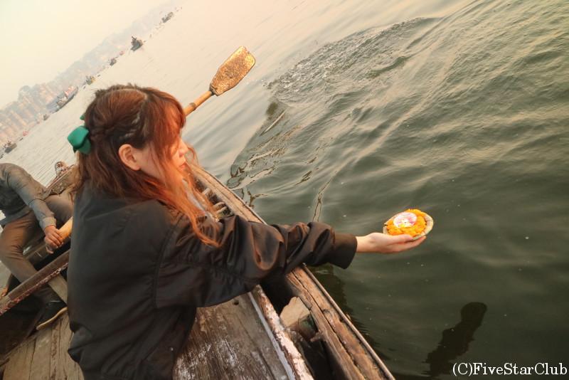 蝋燭に火を灯してガンジス河へ流す
