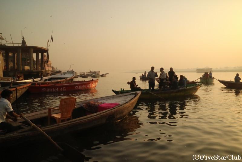 ボートに乗ってガンジス河からガートの景色を眺める