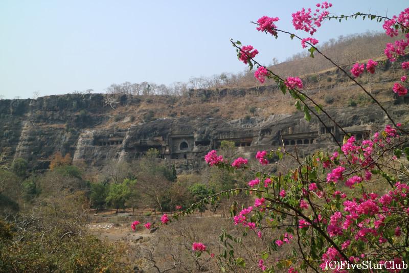 世界遺産アジャンタの石窟寺院 馬の蹄型の岩に囲まれる