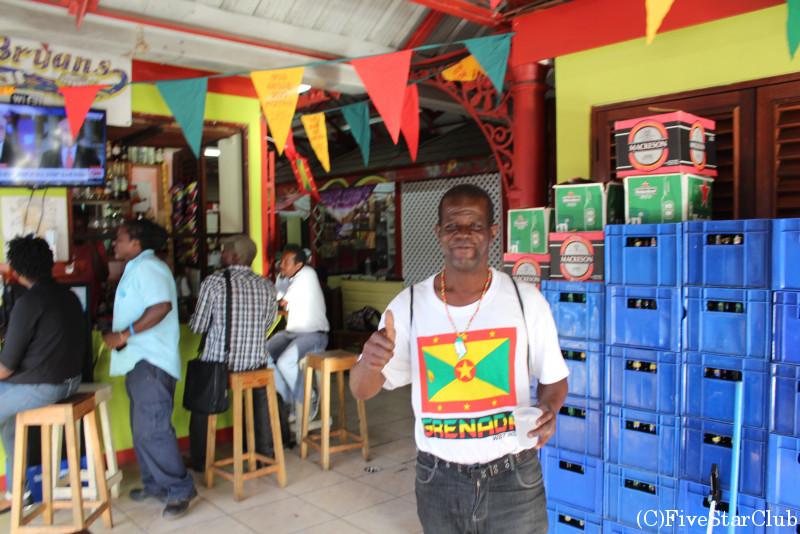 市場内のバーにて グラナダ国旗が似合うおじさん
