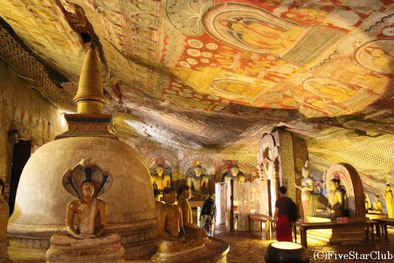 ダンブッラ遺跡 黄金寺院  本殿内部に置かれた数々の仏陀と神々
