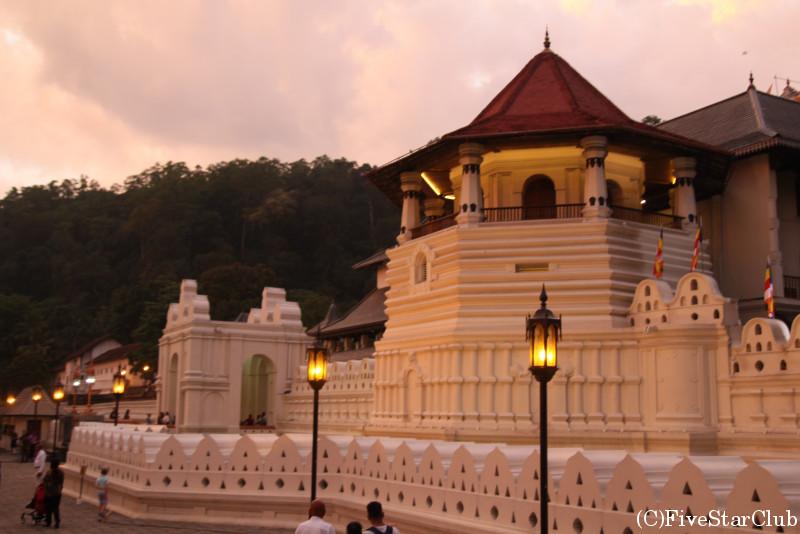 夕日に照らされた仏歯寺