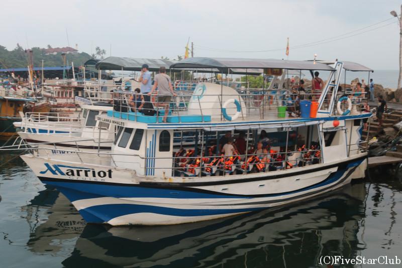 ホエールウォッチングのボート