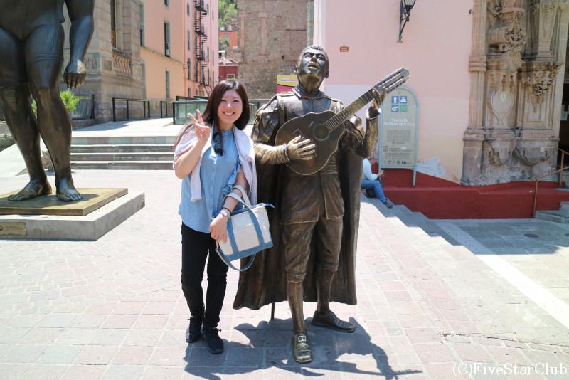 マリアッチの像と一緒に