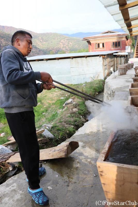 ドツォ(ブータン式お風呂)お風呂に石を入れる