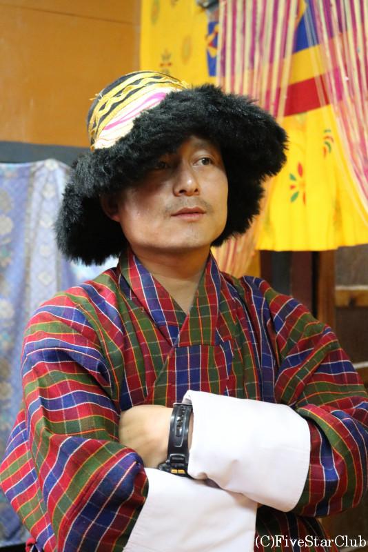 ブータン人のお宅(ホームステイ)帽子を被るガイドさん