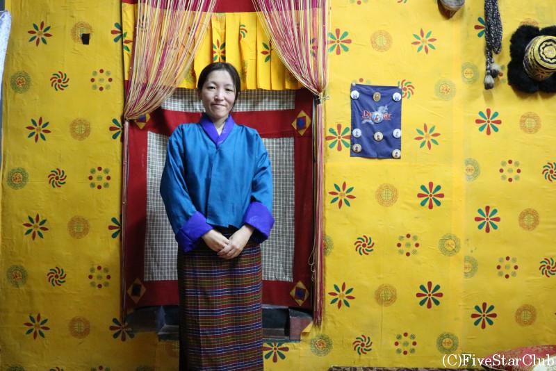 ブータン人のお宅(ホームステイ)民族衣装キラを着る
