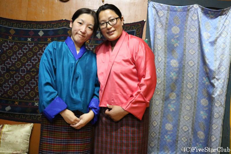 ブータン人のお宅(ホームステイ)民族衣装キラを着てお母さんと
