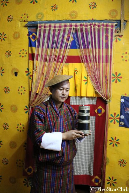 ブータン人のお宅(ホームステイ)民族衣装ゴを着ているガイドさん