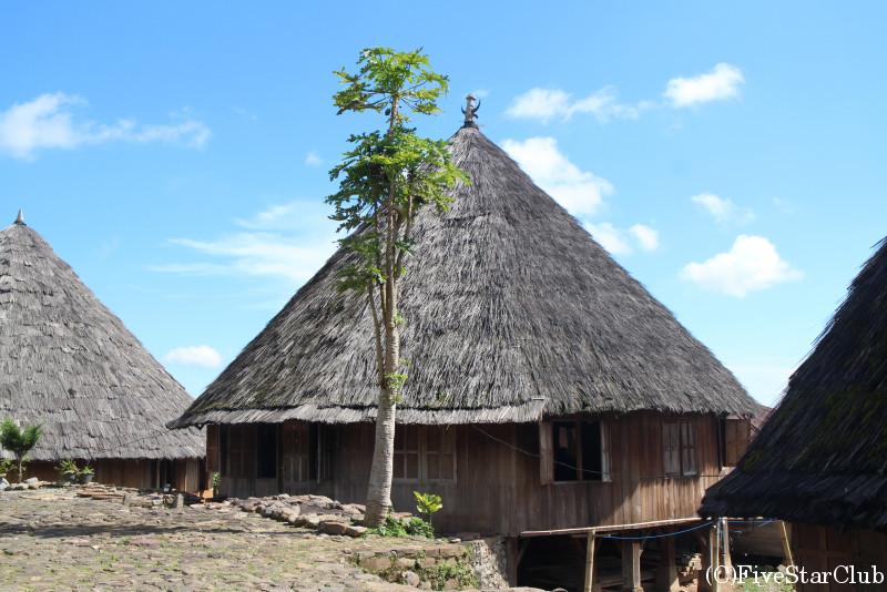 フローレス島の奥地ルテンにて伝統的家屋