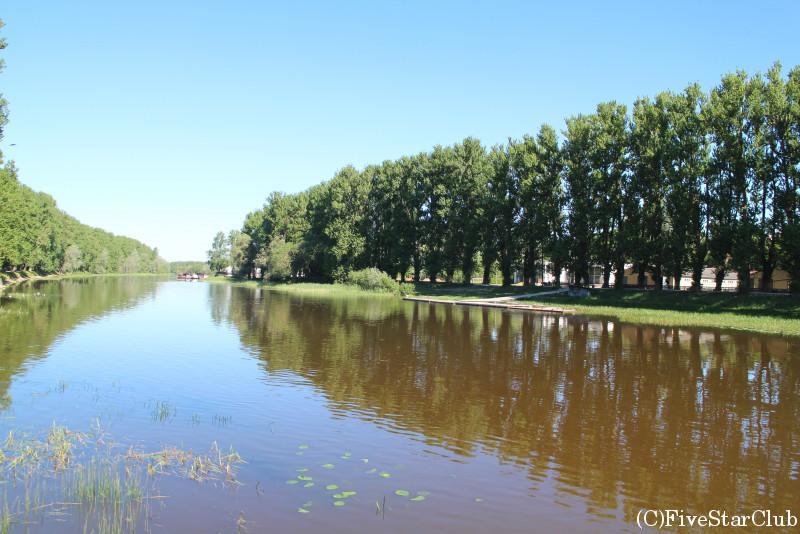 街を流れるエマユギ川