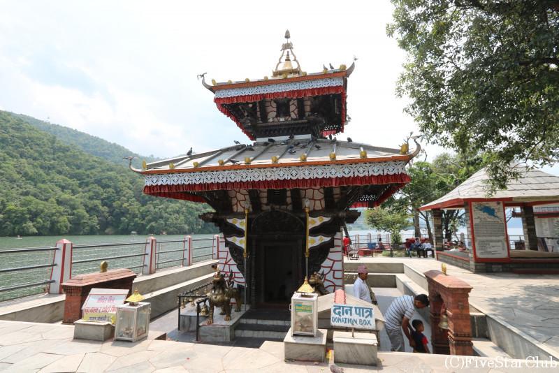 ペワ湖の中に浮かぶ小さな島にあるヒンドゥー寺院