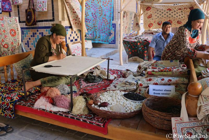 刺繍布スザニを作る女性
