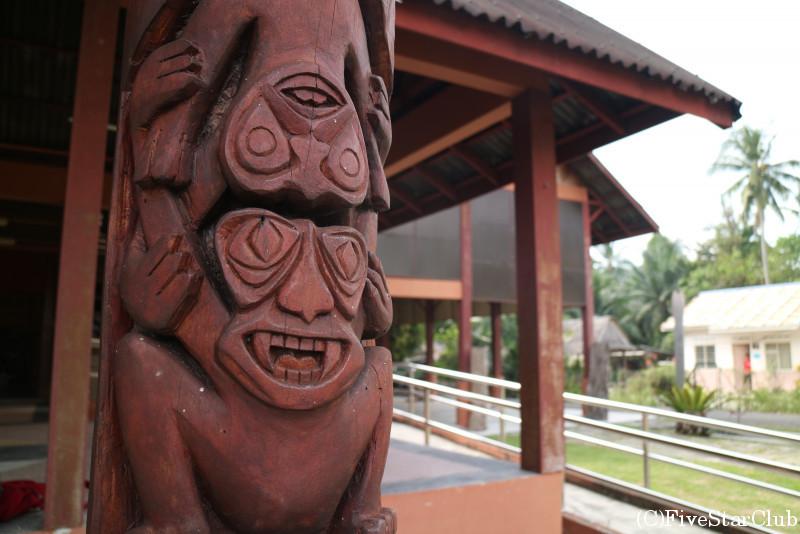 マーメリ村 特徴的な彫刻柱