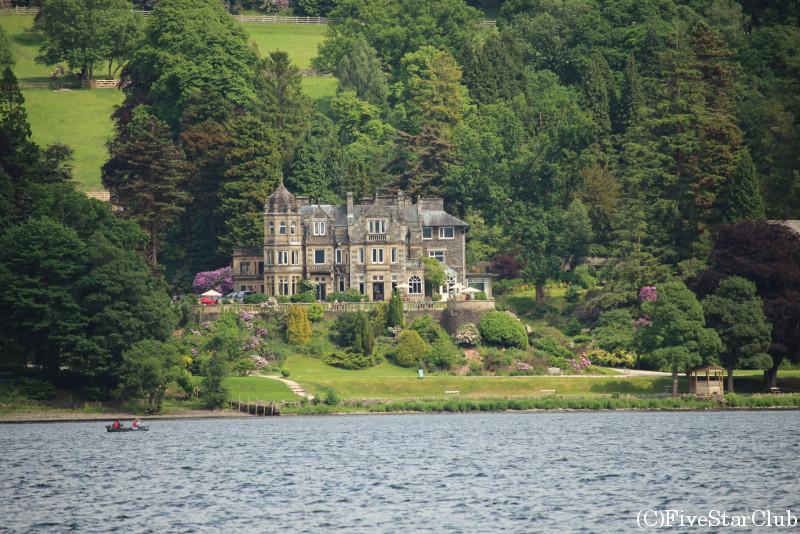 ウィンダミア湖クルーズでは美しい自然の風景や家々が楽しめる