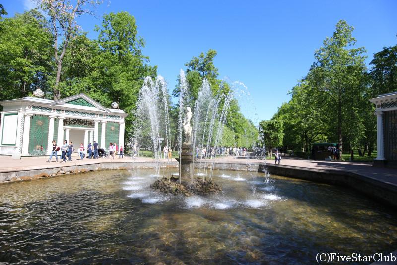 ペテルゴフの下の公園 イブの噴水
