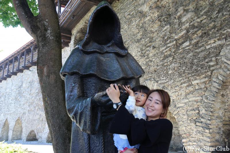 城壁の大きな銅像