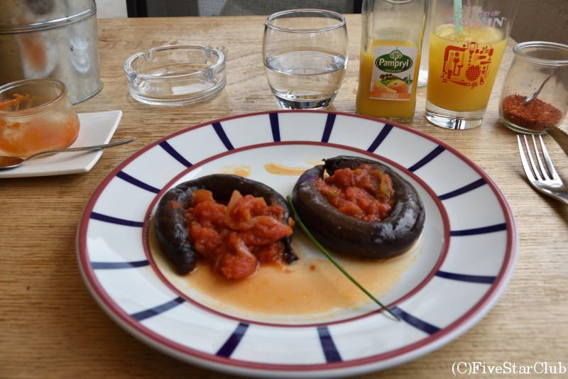 おしゃれなレストランで昼食 豚の血のソーセージ