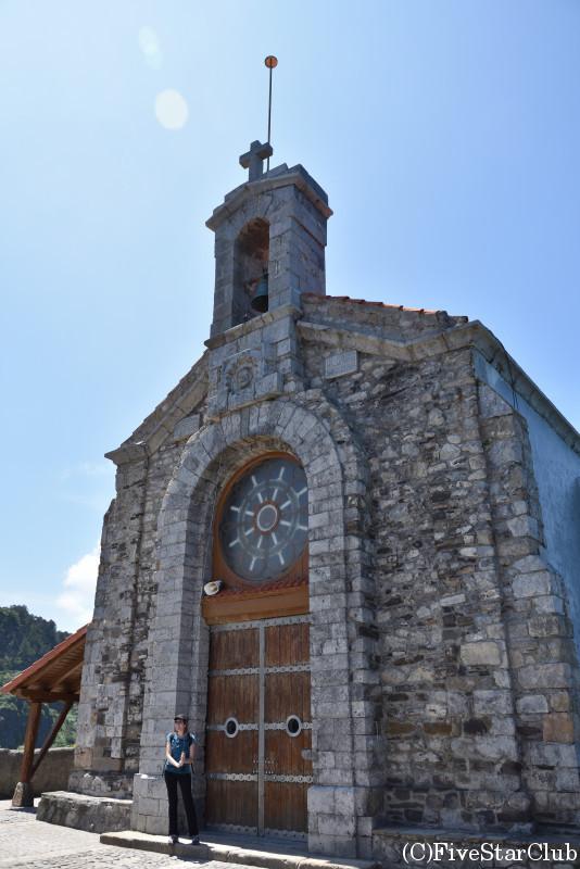 サン・ファン・デ・ガステルガツェ 3回鐘を鳴らすと願いがかなうとされている教会