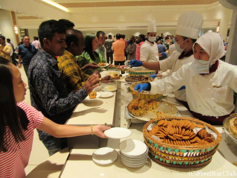 断食明けのお祭りハリラヤで王宮訪問 豪華料理がふるまわれる