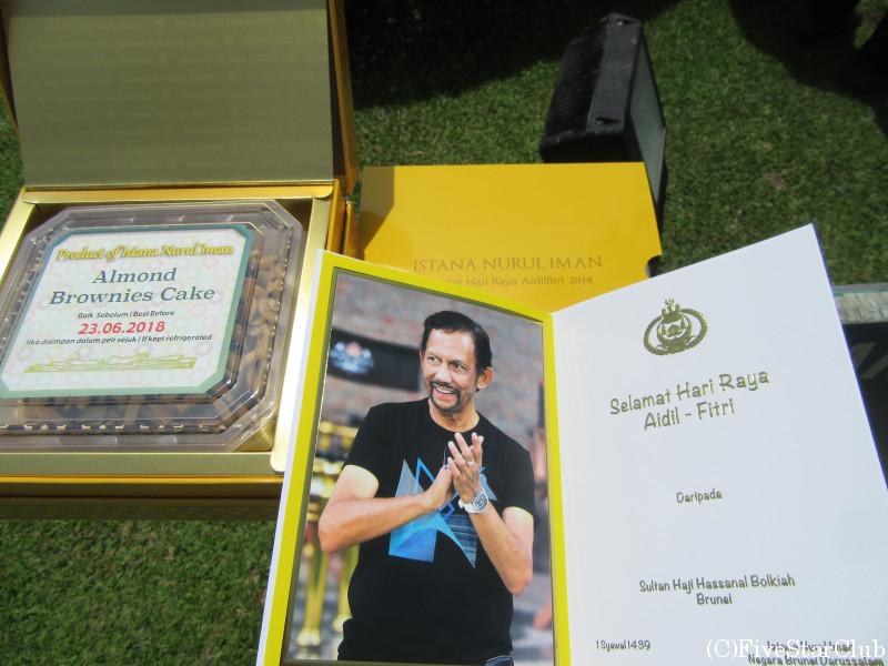 断食明けのお祭りハリラヤで王宮訪問 ケーキのお土産