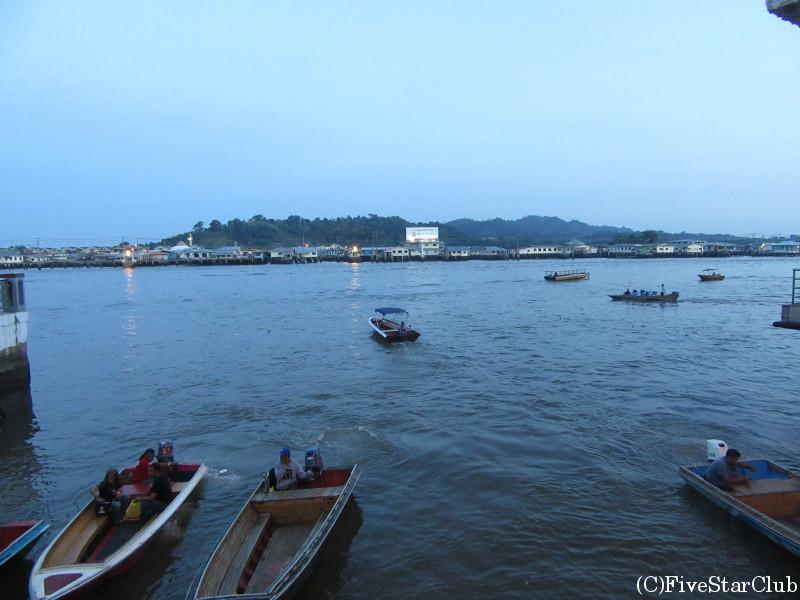 カンポン・アイール(水上集落)から市内へ船で渡る