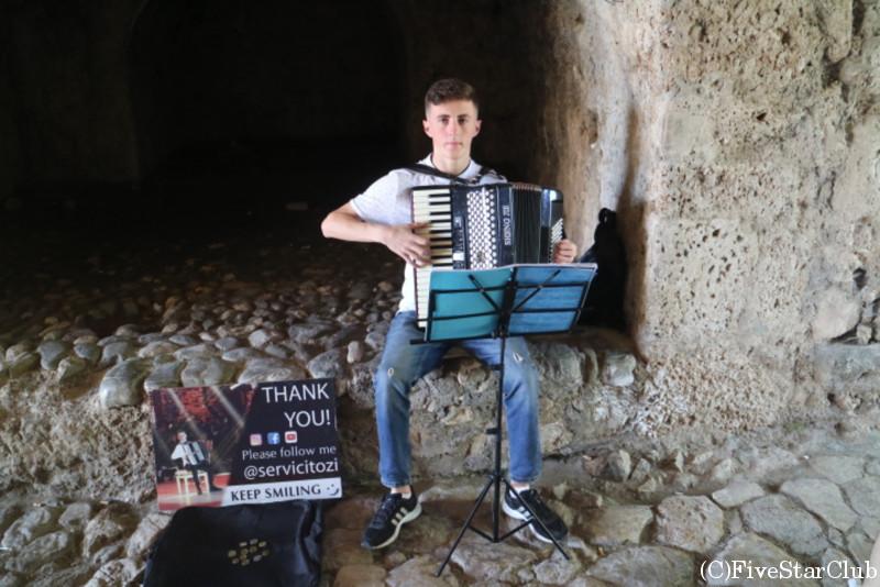 アコーディオンを弾くストリートミュージシャン