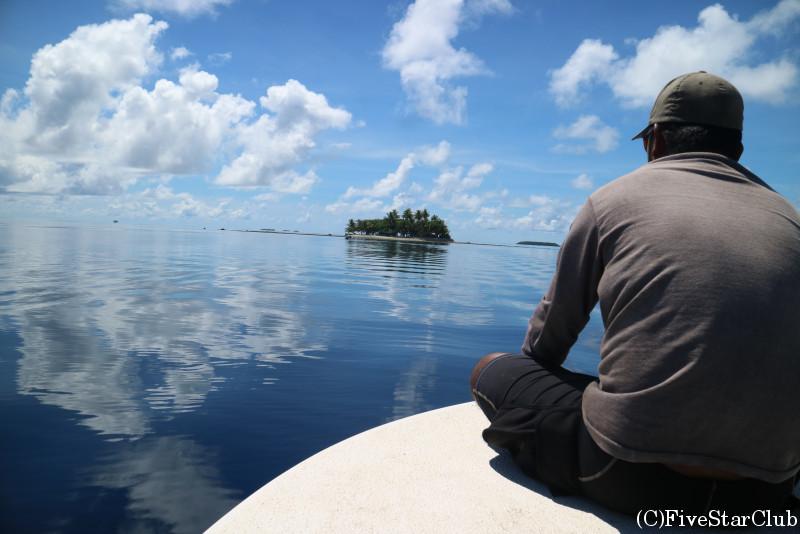 ボートに乗ってフェノム島へ移動