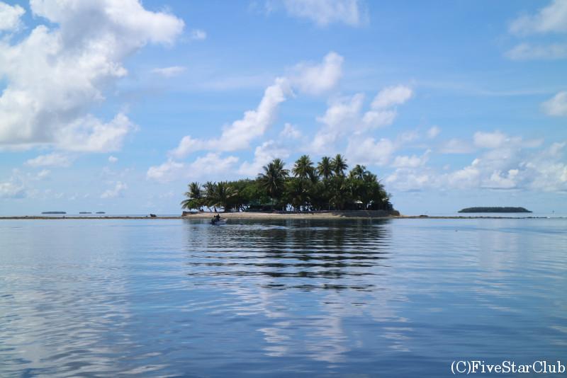 フェノム島の周りの海は穏やかでシュノーケリングにぴったり